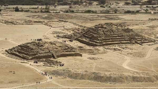 Fotograma de las imponentes pirámides de Caral