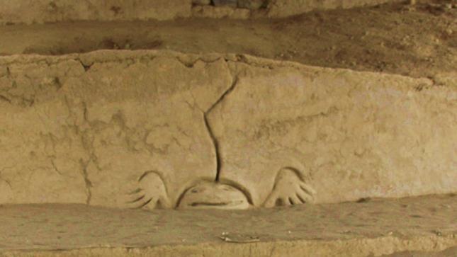 Enigmático grabado descubierto en 2015, representando un sapo humano, con apéndices humanos, y rayo pegado a su cabeza
