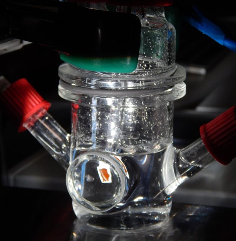 La célula fotoelectrosintética experimental descrita en el nuevo estudio. Las tecnologías de este tipo combinan semiconductores de recolección de luz y materiales catalíticos capaces de reacciones químicas que producen combustible limpio