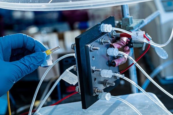 Un reactor de electrocatálisis construido en Rice recicla dióxido de carbono para producir soluciones de combustible líquido puro usando electricidad. Los científicos detrás de la invención esperan que se convierta en una forma eficiente y rentable de reutilizar el gas de efecto invernadero y mantenerlo fuera de la atmósfera