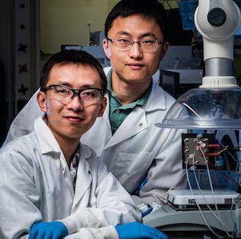 El investigador postdoctoral Rice Chuan Xia, izquierda, y el ingeniero químico y biomolecular Haotian Wang
