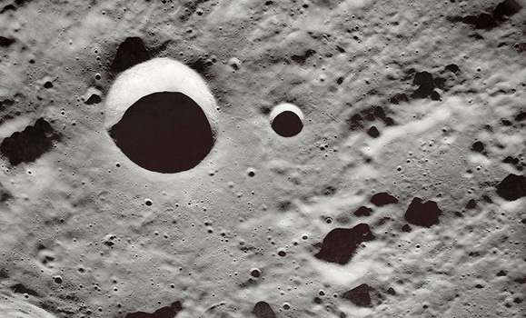 Esta vista oblicua de la superficie de la luna fotografiada por los astronautas del Apolo 10 en mayo de 1969