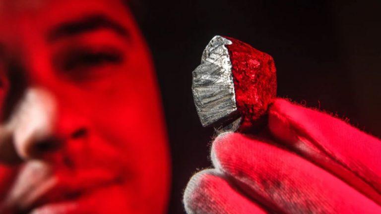 El Dr. Stuart Mills con el meteorito Wedderburn. Los científicos han descubierto un nuevo mineral enterrado en su interior, forjado en el núcleo de un planeta que ya no existe.