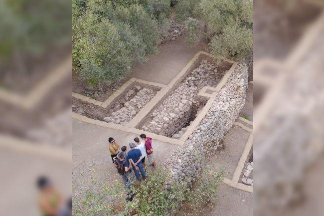 Las excavaciones indican que estas fortificaciones en Kiriath-jearim fueron renovadas hace unos 2.200 años, un evento que parece estar descrito en el Libro de los Macabeos. Emaús fue uno de los sitios que se mencionó como fortificado en ese momento