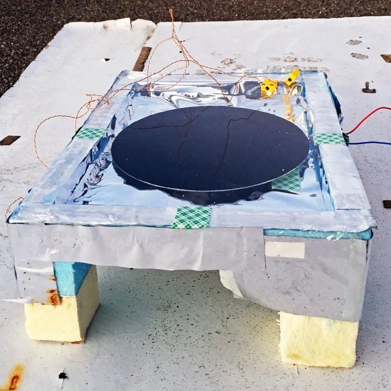 El dispositivo del Dr. Raman produce 25 milivatios de potencia, aproximadamente tres órdenes de magnitud por debajo de lo que genera un panel solar típico