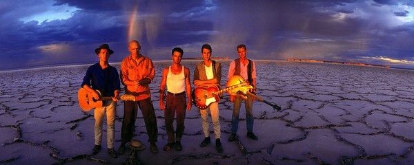 Midnight Oil icónica banda australiana de los ochenta, escribió Blossom and Blood, admirada por Julian Assange, y que eligiera unas líneas de la canción, para acompañar su mensaje anti nuclear de 1989