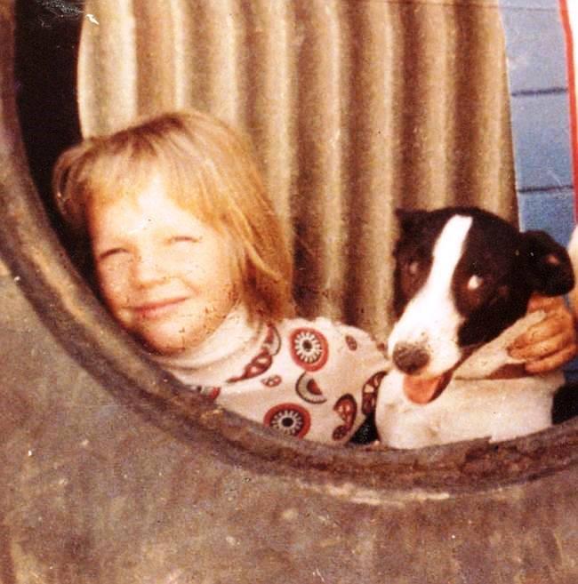 Temprana foto de Julian Assange, retratado en Australia, junto a Poss su mascota