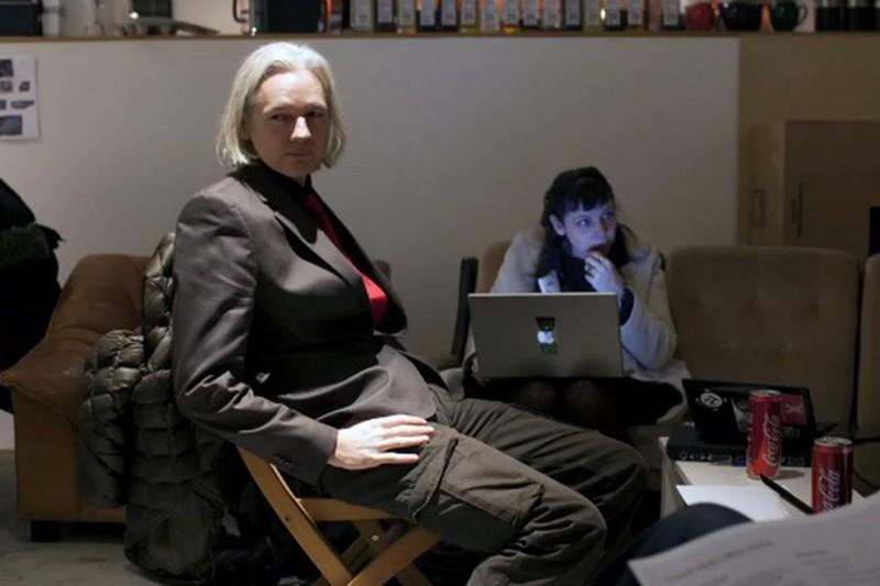 Julian Assange, sobreviviente de una infancia problemática, que alcanzaría la cima, destacado como uno de los mejores piratas informáticos de su era