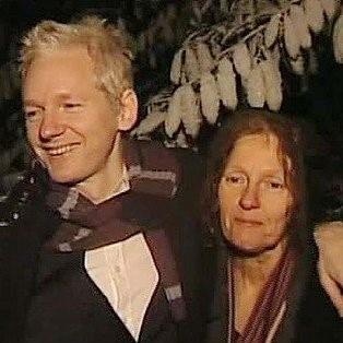 Julian Assange junto a su madre, Christine Hawkins, de quién heredara sus valores como futuro activista