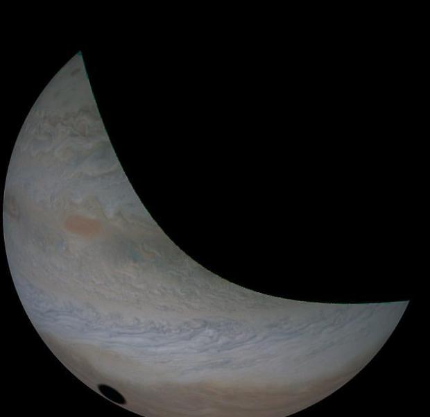 La sombra proyectada por Io sobre Júpiter es mucho más definida que la que dejó la Luna en la Tierra durante un eclipse solar