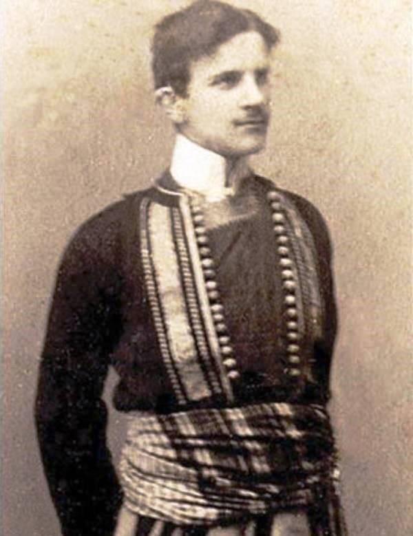 Nikola Tesla ataviado con el traje tradicional de Serbia