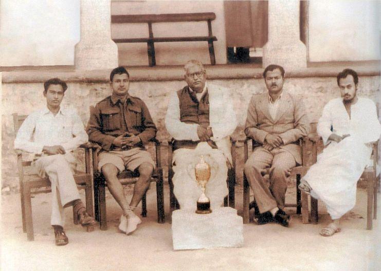 El joven Acharya Rajneesh retratado a mediados de la década del cincuenta, primero a la derecha, ataviado por un túnica blanca, destacado como orador brillante, habilidad que le permitió ganar varios premios en concursos de debates