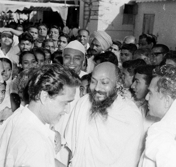 Osho retratado en Jabalpur, India, fines de los sesenta, durante una de sus célebres conferencias, en base a un discurso incendiario