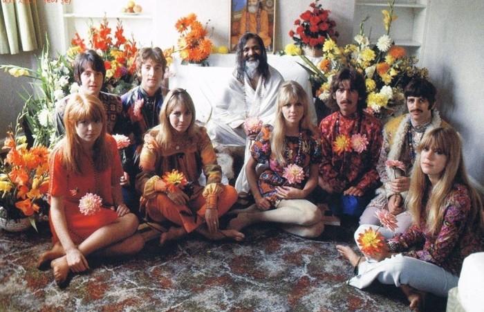 The Beatles fotografiados en 1968, durante su mítico retiro al ashram del célebre Maharishi Mahesh Yogi