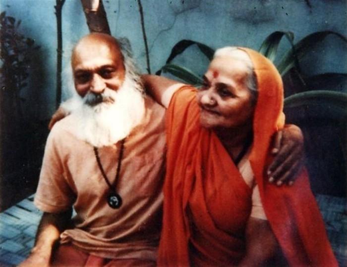 Los padres de Osho, Devateerth y Saraswati, fotografiados en 1970