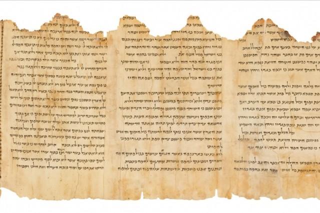Una parte del Temple Scroll (Pergamino del Templo), el mejor conservado de los casi 900 Pergaminos del Mar Muerto. Los investigadores analizaron una pequeña parte de este pergamino para determinar la química de su pergamino y su capa superficial