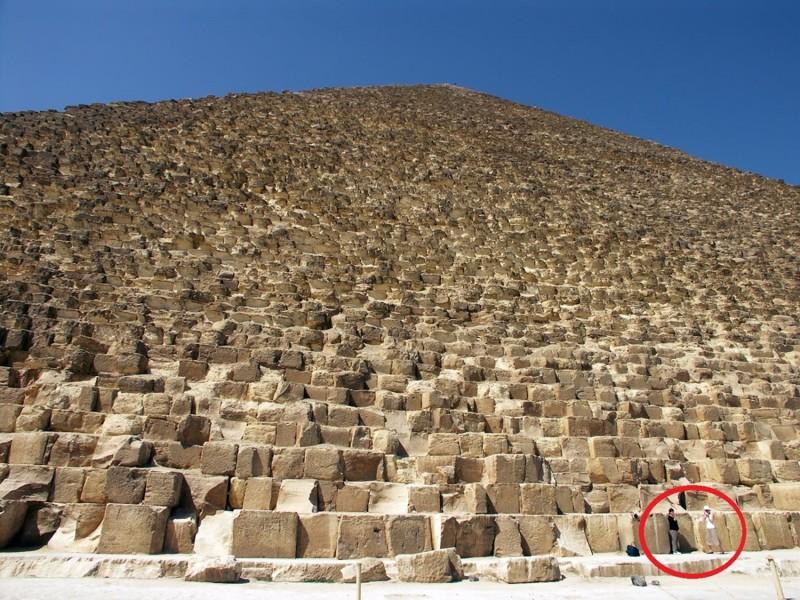 Imagen que muestra el gran tamaño de la Pirámide de Giza