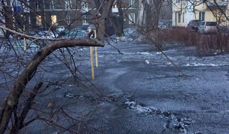 Residentes tratan de huir de ciudad rusa donde la nieve se volvió negra