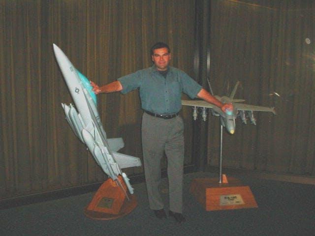 Supuesta fotografía de Salvatore Pais sosteniendo dos modelos de aviones Super Hornet y Growler