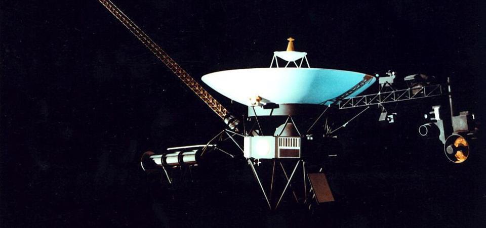 Ilustración de la nave espacial estadounidense Voyager 1 que ha sobrevivido al espacio durante veinte años y ha recorrido más de nueve mil millones de kilómetros
