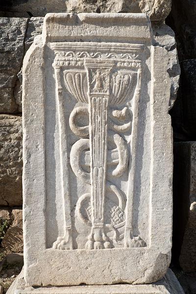 La vara de Asclepio (o Esculapio) con una serpiente enroscada es uno de los símbolos de esta figura