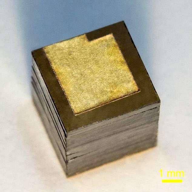 Científicos rusos han presentado una batería de energía nuclear que dura cien años y que tiene diez veces el golpe de una célula química tradicional. El prototipo (en la foto) podría conducir a una tecnología de batería útil para vuelos espaciales de larga distancia