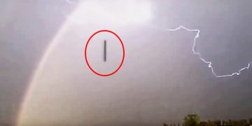 Capturan un OVNI cigarro durante tormenta en Inglaterra y acelera hacia el suelo