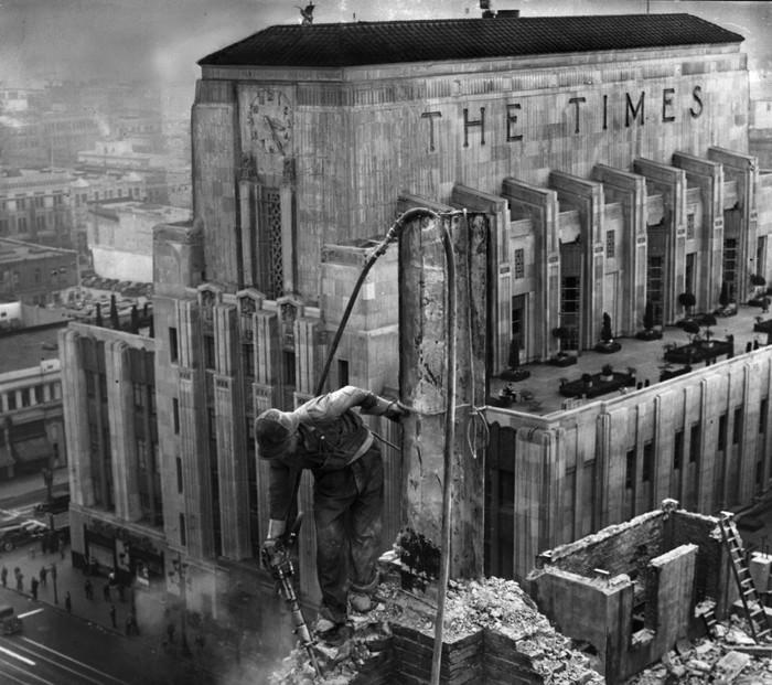 The Times Mirror Square, donde Shufelt aseguró haber localizado en su interior, 37 tabletas de la ciudad perdida reptil, narrando la antigua historia de América