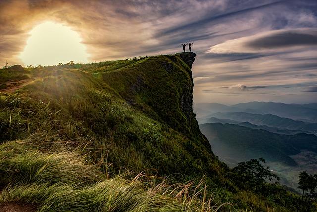 Según la fundadora del culto, ellos se comunican con extraterrestres por medio de un portal en la montaña Khao Kala