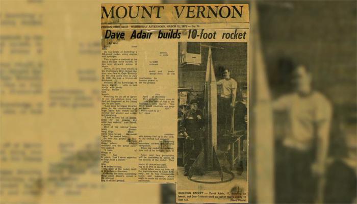 Recorte del diario Mount Vernon News con un artículo de David Adair y un cohete de 18 pies de altura