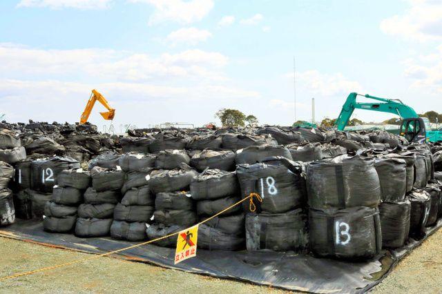 Bolsa contenedor flexible con residuos de descontaminación apilados en almacenamiento temporal, Fukushima