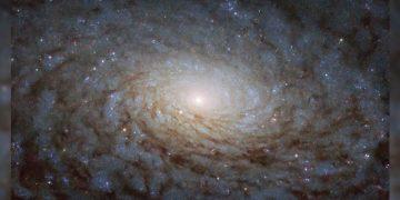 Esta es la galaxia NGC 4380 y gira como un «portal a otra dimensión»