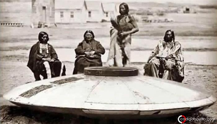 Miembros del pueblo Hopi ante un extraño artefacto