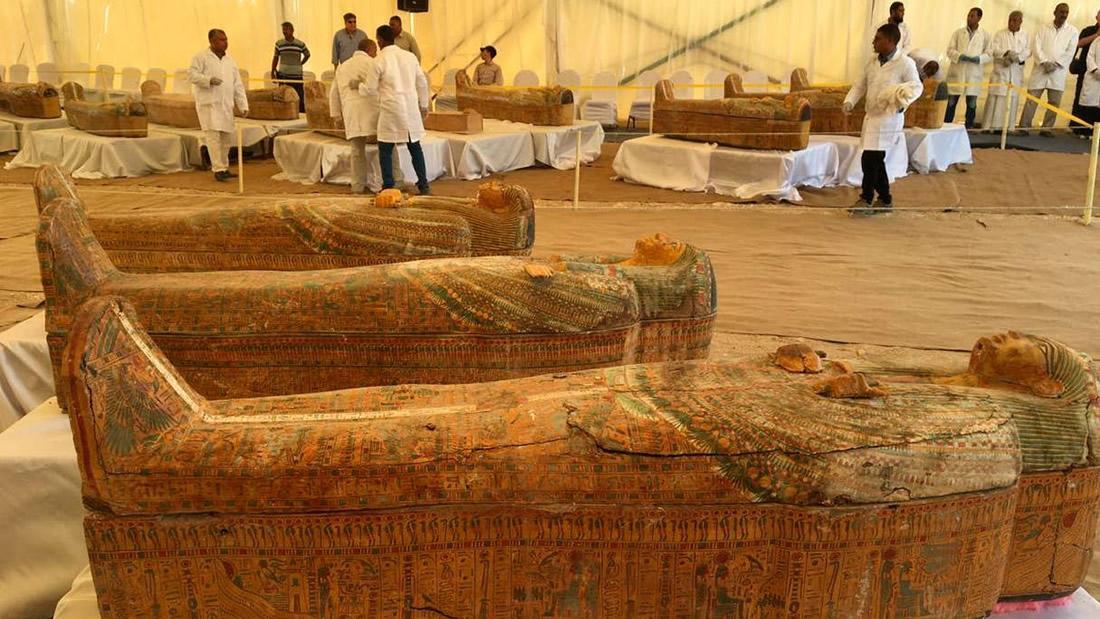 Hallan 30 sarcófagos perfectamente conservados y coloridos en Egipto: uno de los hallazgos más significativos en 100 años