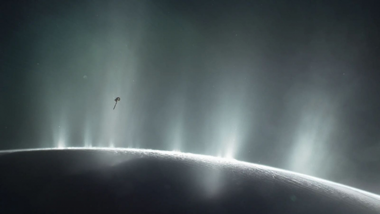 Hallan compuestos orgánicos en Encélado, luna de Saturno, y serían los compuestos básicos para la vida