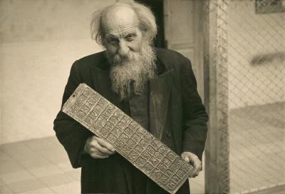 Crespi sosteniendo famosa plancha de estilo hindú, grabada con 52 símbolos. Sin dudas, uno de los objetos más icónicos del desaparecido Museo