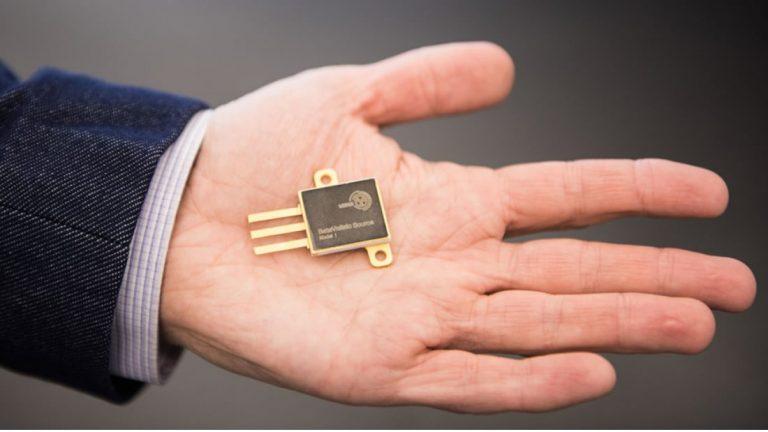 La impresionante batería que dura 100 años: podría impulsar marcapasos y hasta una misión a Marte