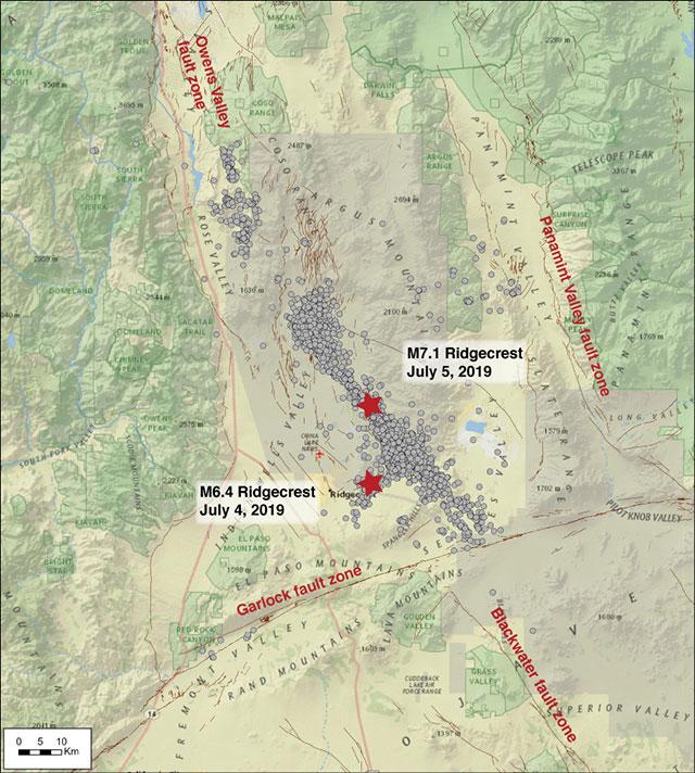Todos los terremotos de magnitud 2.5 y mayores en el área de Ridgecrest del 4 de julio al 15 de agosto de 2019, se muestran como círculos grises. Las estrellas rojas marcan las dos más grandes. La falla Garlock al sur del grupo de terremotos se ha deslizado casi una pulgada desde julio
