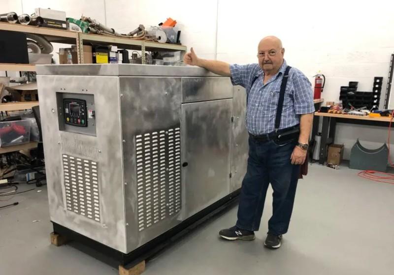 Yehuda Shmueli mostrando el sistema desarrollado por la compañía Maymann Research