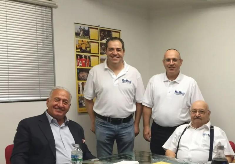 El equipo de MayMaan Research conformado por un padre y sus tres hijos