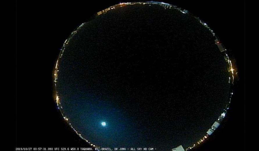 Meteoro registrado la noche del domingo 27 de octubre sobre Rio Grande do Sul en Brasil