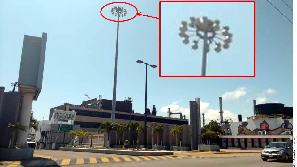 Otra fotografía que muestra una farola de calle con forma de platillo y varias luces apuntando en la misma dirección