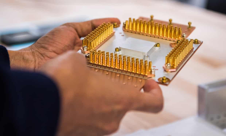 Mientras que las computadoras estándar realizan cálculos con «bits», que deben ser 0 o 1, las computadoras cuánticas tienen «qubits» que pueden tomar cualquier valor entre 0 y 1