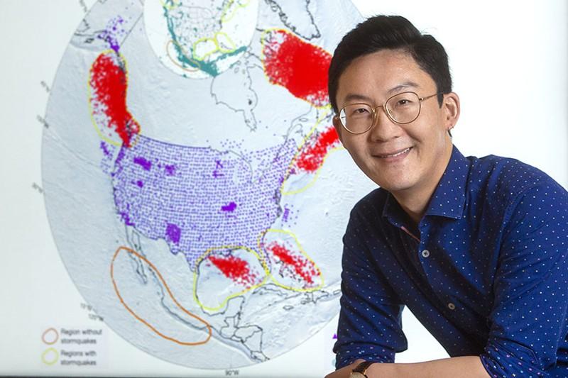 El profesor asistente Wenyuan Fan ha acuñado el término «stormquakes» para describir un fenómeno geológico recientemente identificado donde los huracanes u otras tormentas fuertes desencadenan eventos sísmicos