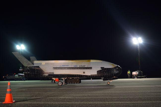 La misión 5 del vehículo de prueba orbital X-37B de la Fuerza Aérea de EE.UU. aterrizó con éxito en la instalación de aterrizaje del transbordador del Centro Espacial Kennedy de la NASA el 27 de octubre de 2019