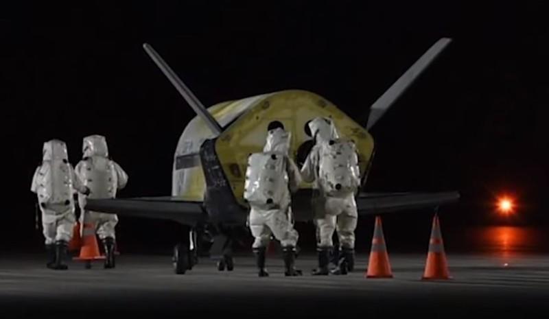 El X-37B a su regreso es inspeccionado por agentes de la Fuerza Aérea de EE.UU.