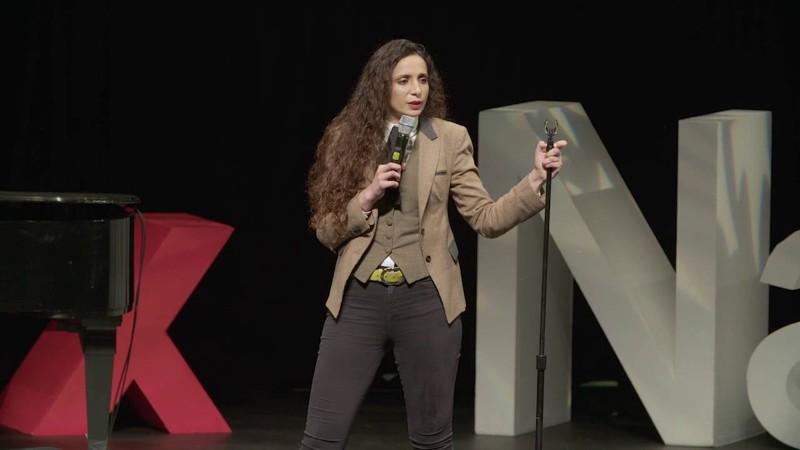 Arqueóloga Ella Al-Shamahi durante una presentación TED. Ella conducirá el documental referido a la reconstrucción facial de la guerrera vikinga