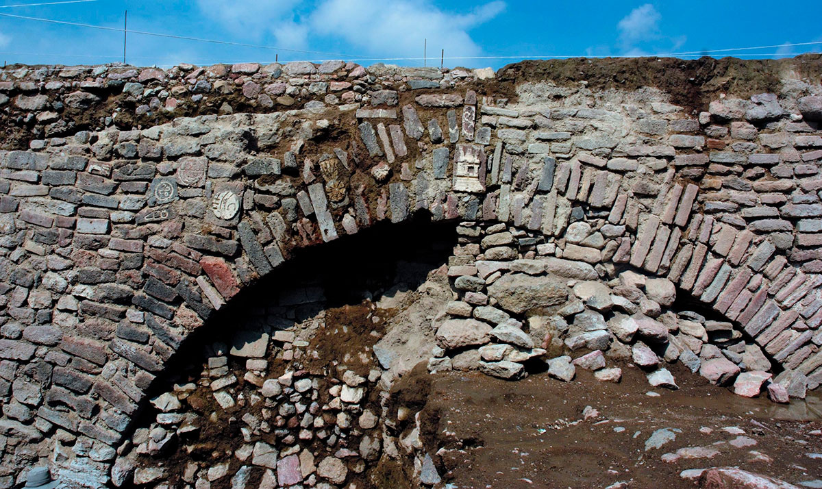 Arqueólogos descubren un túnel del siglo XVII adornado con misteriosas tallas aztecas
