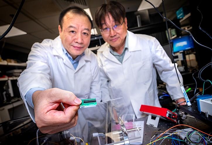 Kwek Leong Chuan y Liu Ai Qun de NTU y creadores del chip