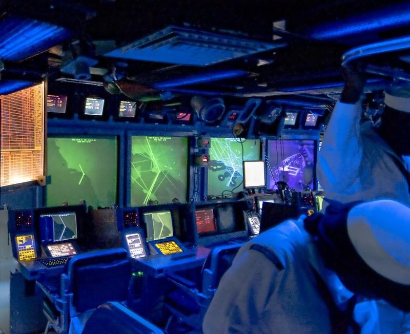 En el interior del Centro de Control e Información del portaviones USS Princeton